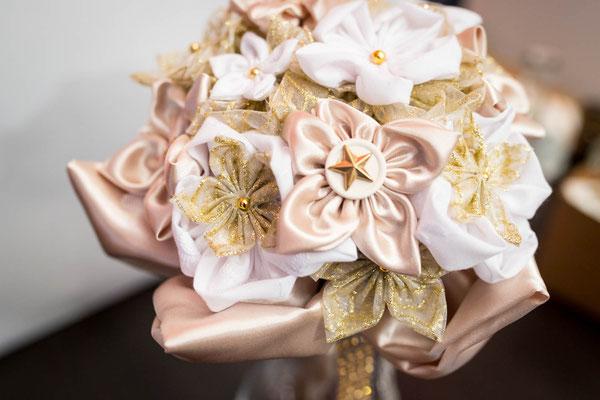 Bouquet de mariée original et intemporel en fleurs en tissus blanc et or par La mariée en fleur