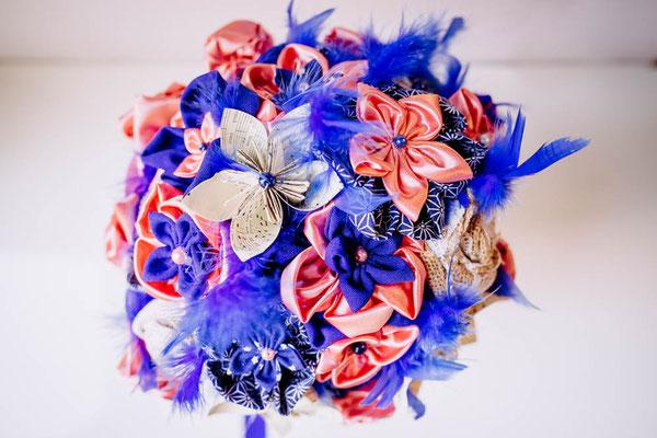 Bouquet de mariée original en tissu et papier rose et bleu saphir par La mariée en fleur