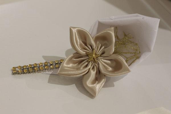 Boutonnière marié fleur en tissu or et blanc par La mariée en fleur