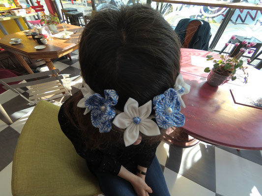 Couronne de fleur en tissu blanche et bleue réalisée par Guilia lors de l'atelier DIY organisé par La mariée en fleur au Magnolia Café créatif à Toulouse