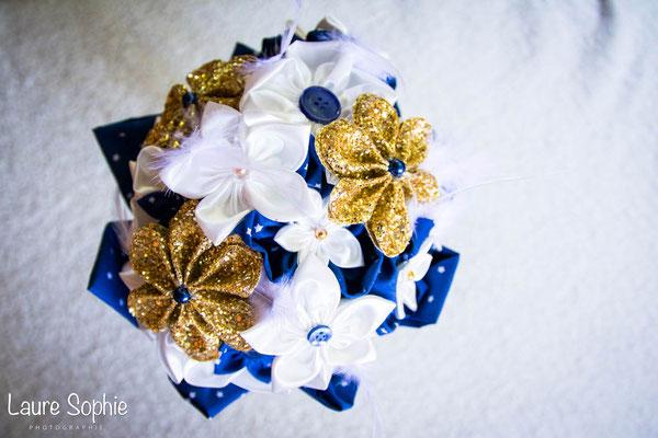 Bouquet Justine par La mariée en fleur. Fleurs en tissus ivoire, bleu nuit et or avec plumes
