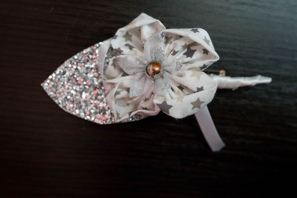 Boutonnière marié ornée d'une fleur en tissu blanc étoilé et d'un pétale argenté, accessoire de mariage par La mariée en fleur
