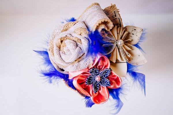 Mini bouquet assorti à celui de la mariée, original en tissu et papier rose et bleu saphir par La mariée en fleur