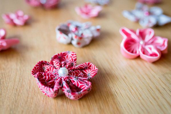 Mariage thème japon avec origami et fleurs en tissus, rouge, blanc et rose. Lot de fleurs en tissus pour la décoration de votre événement par La mariée en fleur