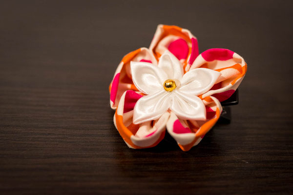 Collection Alice. Barrette marraine baptême. Fleur tissu, rose, orange, blanc