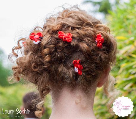 Epingles à chignon, coiffure mariée originale en cartes à jouer et fleurs en tissu_Mariage de la Reine de Cœur par La mariée en fleur. Photo Laure Sophie Photographie