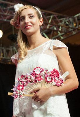 Défilé salon mariage Muret 2016. Bouquet de mariée original éventail, fleurs en tissu framboise. Crédit photo: Stéphane Max