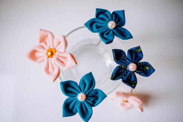 Epingles à chignon pour coiffure mariée, fleurs en tissus bleu canard et pêche par La mariée en fleur