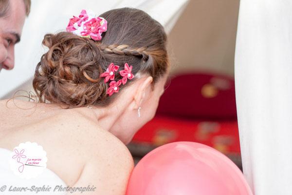Accessoires de cheveux pour la mariée: peigne et épingles à chignon assorties en fleurs en tissus rose framboise