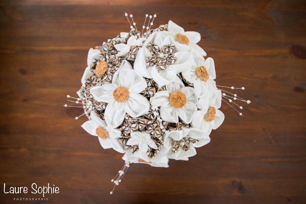 Bouquet Cindy par La mariée en fleur. Fleurs en tissus ivoire et marron avec bouchons en liège