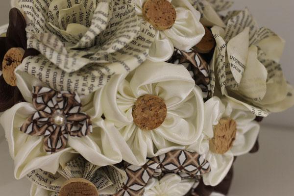 Bouquet de mariée tissu et origami, fleurs en tissus ivoire et marron et papier vintage. Thème rustique champêtre avec liège par La mariée en fleur