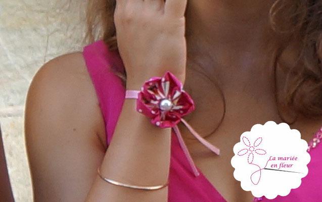 Bracelet de demoiselle d'honneur en fleur en tissus framboise