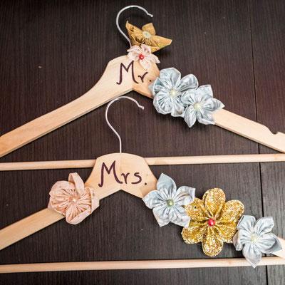 Cintres de cérémonie personnalisés ornés de fleurs en tissu et papier La mariée en fleur