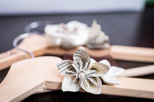 Cintres de cérémonie fleurs en tissu marron et origami. Thème rustique champêtre avec liège par La mariée en fleur