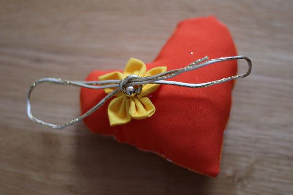 Coussin alliances baroque orange forme cœur avec fleur en tissu jaune par La mariée en fleur