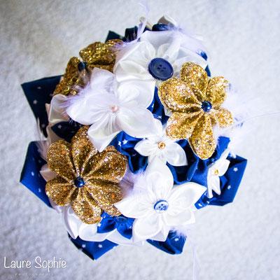 Bouquet intemporel Justine par La mariée en fleur. Fleurs en tissus bleu nuit, ivoire et doré
