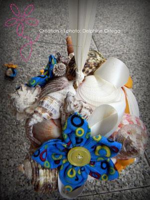 Bouquet de mariée original et éternel en fleurs en tissu et coquillages. Thème Mer pour un mariage à la plage