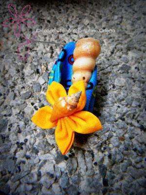 Boutonnière de marié originale et éternelle en fleurs en tissu et coquillages. Thème Mer pour un mariage à la plage
