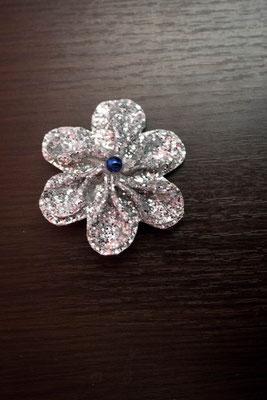 Barrette ornée d'une fleur en tissu argentée pour petite fille, accessoire de mariage pour votre cortège par La mariée en fleur