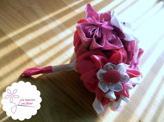 Collection Delphine. Bouquet des demoiselles d'honneur original framboise. Fleurs en tissus et papiers.
