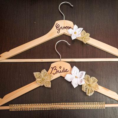 Cintres pour tenues de cérémonie, personnalisés et décorés de fleurs en tissus or et blanc par La mariée en fleur