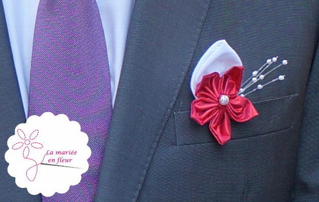 Boutonnière originale pour les témoins du marié en fleurs en tissus framboise