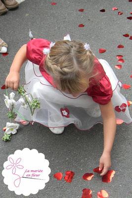 Demoiselle d'honneur de Ludivine et Thibaut mariés le 5 septembre 2015 à Aiglemont. Bouquet de mariée original. La mariée en fleur
