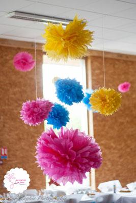 Pompons DIY en papier de soie rose, jaune et bleu. Décoration facile et rapide salle mariage