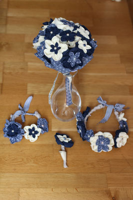 Bouquet de mariée original en fleurs en tissus et papiers et accessoires assortis pour un mariage marin. Boutonnière marié et duo de couronnes de fleurs mère-fille en bleu marine et blanc