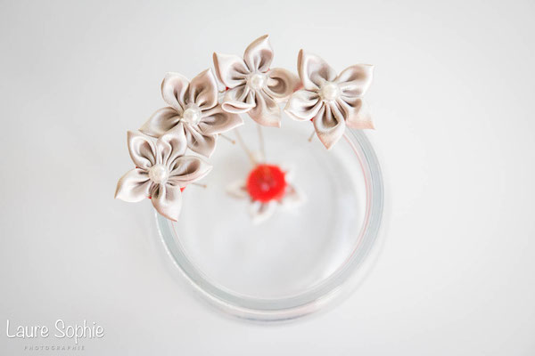 Collection Marion. Epingles à chignon mariée originales en fleurs en tissu gris argenté. Par La mariée en fleur