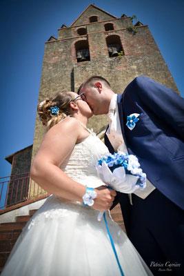 Aude et Yannick, mariés en fleur 2018 avec un bouquet et des accessoires La mariée en fleur en blanc et bleu turquoise. Crédit photo: Patrice Carrière