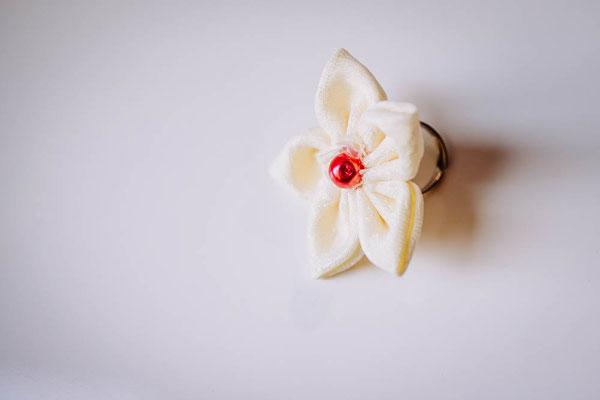 Bague taille réglable ornée d'une fleur en tissu ivoire avec un cœur de perle rose framboise
