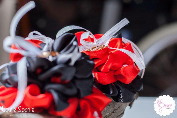Coussin d'alliances original en cartes à jouer et fleurs en tissu_Mariage de la Reine de Cœur par La mariée en fleur