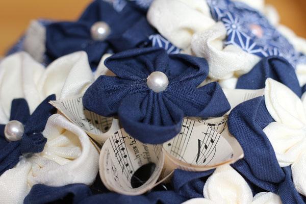 Bouquet de mariée original fleurs en tissus et papiers pour mariage marin bleu marine et blanc par La mariée en fleur, détail