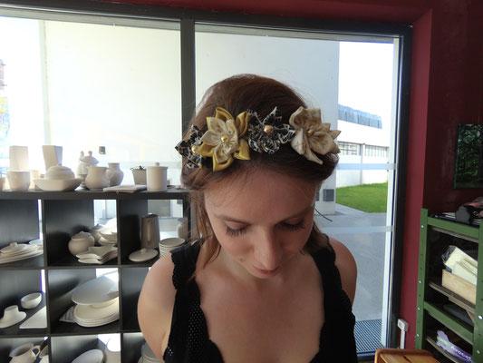 Couronne de fleur en tissu dorée, noire et blanche réalisée par Fiona lors de l'atelier DIY organisé par La mariée en fleur au Magnolia Café créatif à Toulouse