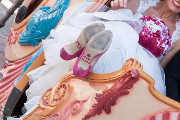 Mariés en fleur avec bouquet de mariée orginal, bouquet tissu et papier, chaussures mariées personnalisées par La mariée en fleur. Photo Laure Sophie Photographie