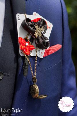 Boutonnière marié original en cartes à jouer et fleurs en tissu_Mariage de la Reine de Cœur par La mariée en fleur. Photo Laure Sophie Photographie