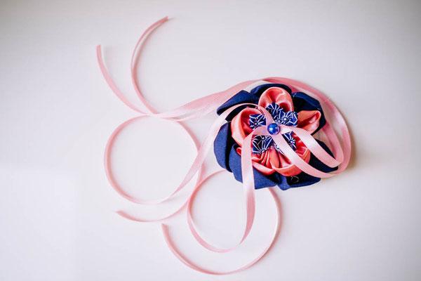 Coussin alliances original fleur en tissu par La mariée en fleur, rose et bleu saphir