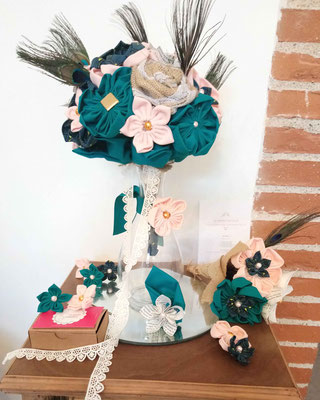 Bouquet original et accessoires mariage, fleurs en tissus bleu canard et pêche par La mariée en fleur