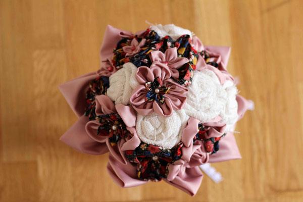 Bouquet de mariée original et éternel pour mariage bohème en fleurs en tissus de satin rose pale, toile de coton blanche et coton imprimé fleuri multicolore