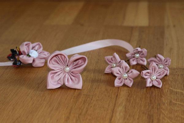Les accessoires de la mariée, par La mariée en fleur: épingles à chignon et bracelet en fleurs en tissus rose poudré