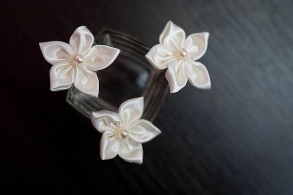 Epingles à chignon fleurs en tissus ivoire. Thème rustique champêtre avec liège par La mariée en fleur