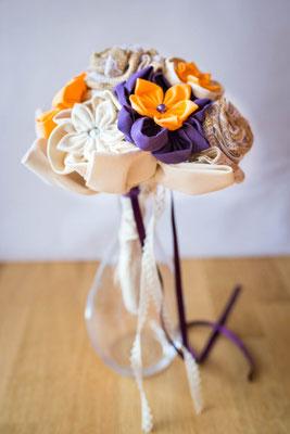 Bouquet de mariée original et intemporel en tissu et toile de jute aux notes orange et violet. Mariage champêtre rustique