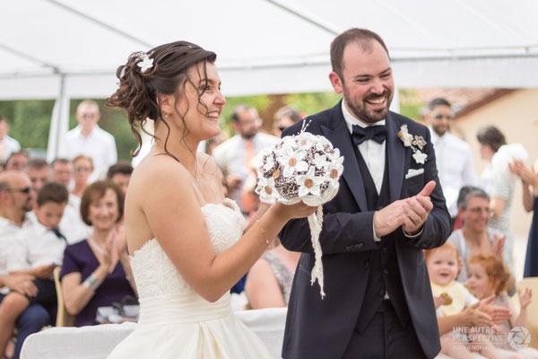 Nos mariés en fleur. Collection Cindy, fleurs en tissus ivoire et marron. Thème rustique champêtre avec liège par La mariée en fleur