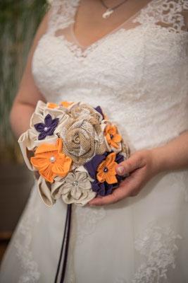 Mariée en fleur 2018, la belle Julia et son bouquet éternel rustique, fleurs en tissus orange et violet et toile de jute. Crédit photo: Frank Fuster, Webmalin