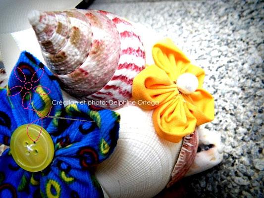 Bouquet de mariée original et éternel en fleurs en tissu et coquillages. Thème Mer pour un mariage à la plage. Gros plan