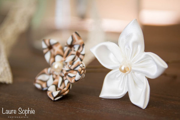 Epingles à chignon en fleurs en tissus ivoire et marron. Thème rustique champêtre avec liège par La mariée en fleur