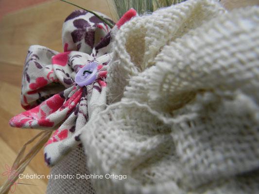 Détail bouquet de mariée original en fleurs éternelles de tissu et papier. Rose en toile de jute et fleur en tissu et bouton