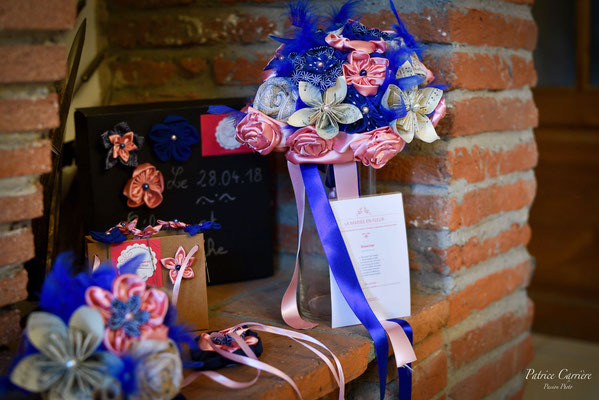 Bouquet de mariée et accessoires assortis pour le marié et le cortège en fleurs en tissu et papier, rose et bleu saphir