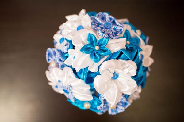 Bouquet en tissu blanc et turquoise par La mariée en fleur. Bouquet de mariée original